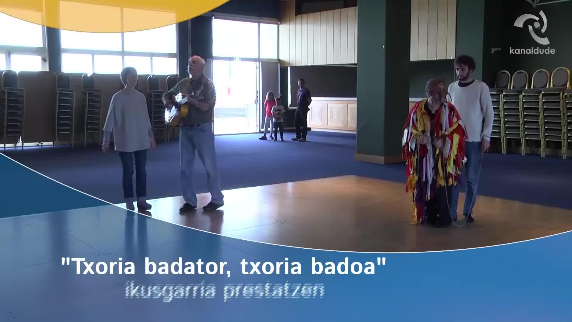 """""""Txoria badator txoria badoa"""" ikusgarria prestatzen"""